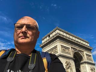 Selfie d'un touriste devant l'arc de triomphe