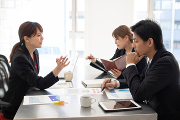 会議をするビジネスマン