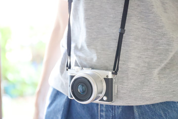 カメラをかけた女性