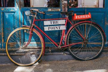 Foto op Plexiglas Fiets Blue and red bicycle in Madrid