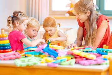 Kindergärtnerin mit ihren Kindern