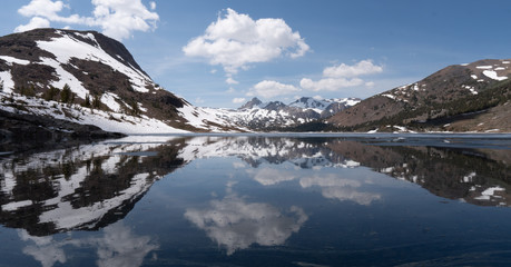 Spiegelung von schneebedecktem Berg im See