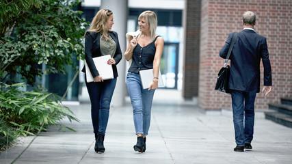 Arbeitskolleginnen auf dem Weg zur Kaffeepause oder Mittagspause
