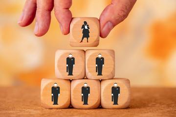 Symbolbild für Gleichstellung von Frau und Mann in Führungsposition eines Unternehmens