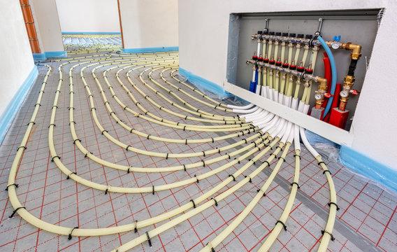 Fußbodenheizung mit Heizschlangen in einem Neubau