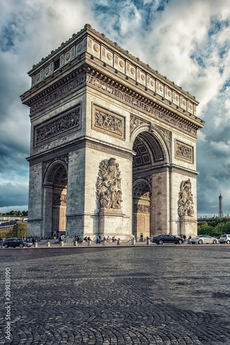 Fototapete View of the Arch of Triumph from the street in Paris