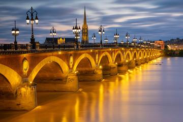 Le pont de pierre franchissant la Garonne à Bordeaux. Fotoväggar