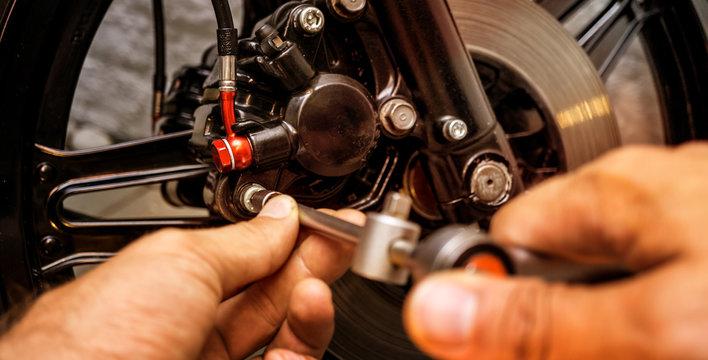 Bremsen reparieren / Motorrad Wartung / Inspektion