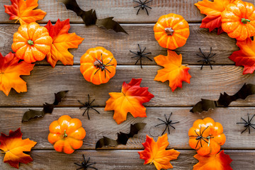 Halloween pattern with pumpkins, spiders and bats on dark wooden background top view Fototapete