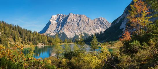 malerische Herbstlandschaft am Seebensee, Bergpanorama mit Zugspitze Wall mural