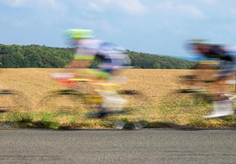 Radfahrer beim Radrennen im Windschatten mit Bewegungsunschärfe