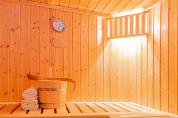 in einer kleinen finnischen Sauna, mit Saunazubehör