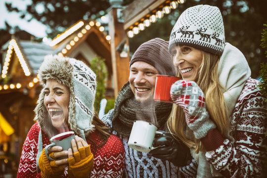 Gruppe auf dem Weihnachtsmarkt