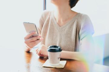 スマホを使用する女性 カフェ コーヒー