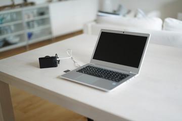 Laptop auf weißem Tisch mit Kamera