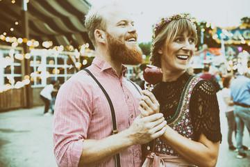 Fototapete - junges Paar mit Tracht auf dem Volkfest
