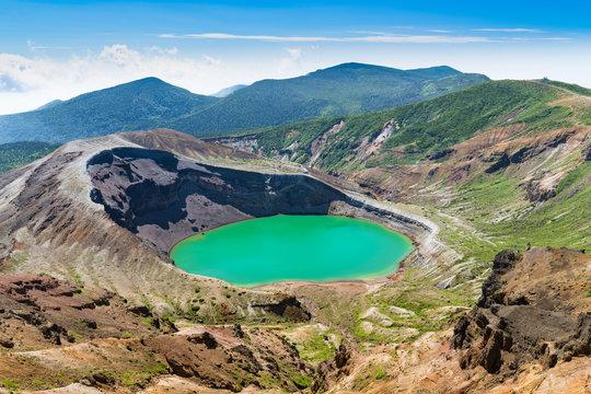 宮城蔵王の御釜エメラルドグリーンの火口湖五色沼と五色岳