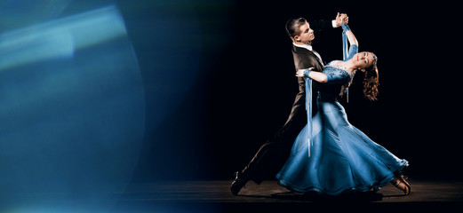 Foto auf AluDibond Tanzschule Ballroom Dancing Couple Standard Waltz Oversway Background