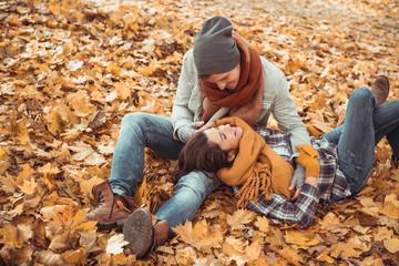 Junge Liebe im Herbst Mann und Frau