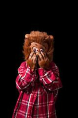 foto de estudio de una niña de 5 años con un disfraz de hombre lobo. Fondo negro