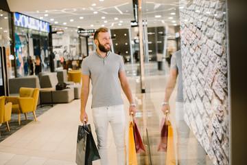 Foto auf AluDibond Musikladen Man enjoying the day in the shopping mall
