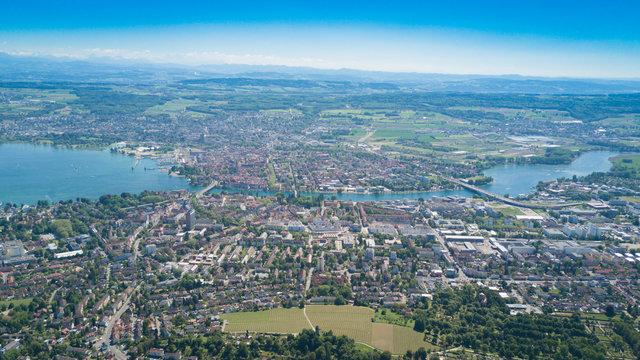 Panorama über Konstanz am Bodensee mit Sicht auf die Alpen