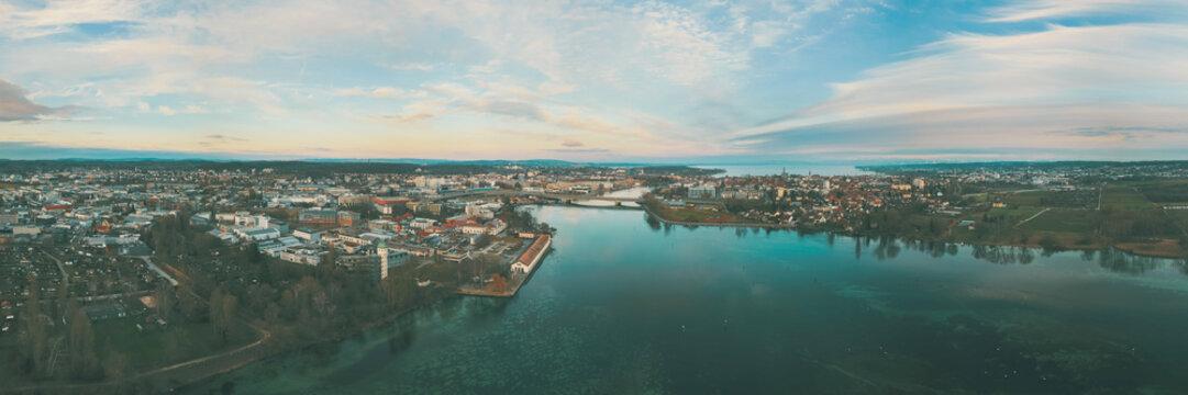 Panorama Anblick auf den Rhein in Konstanz am Bodensee