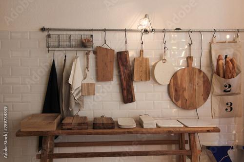 fonde de una cocina rústica llena de utensilios rústicos ...