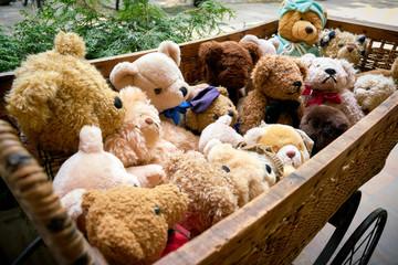 Bären als Souvenier in einem Puppenwagen vor einem Souveniershop in Berlin