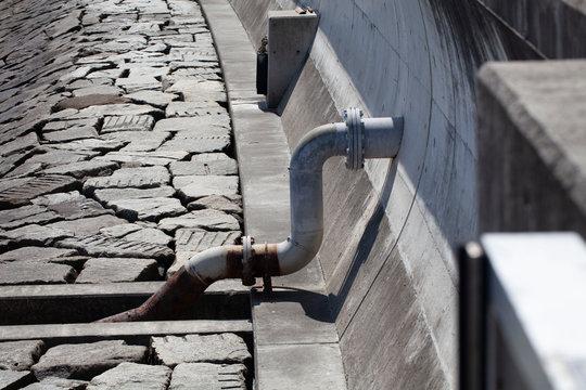 防潮堤から伸びる配管の管