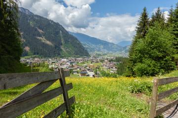 Fototapete - Blick auf den Urlaubsort Mayrhofen im Zillertal