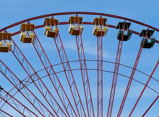 Riesenrad mit Gondeln im Vergnügungspark