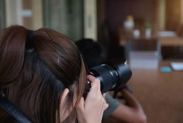 Professional photographer, online photo sales career, Female photographer using camera Take pictures to sell in the online world.