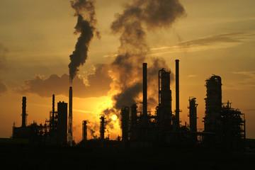 Industrieanlagen gegen den Sonnenaufgang fotografiert
