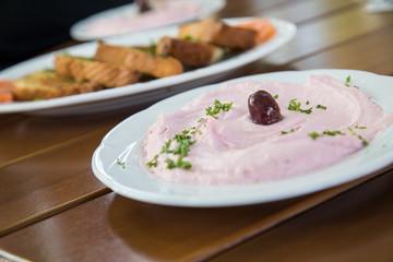Griechischer Taramosalata Tarama Salat als Vorspeise im Restaurant auf Holz Tisch