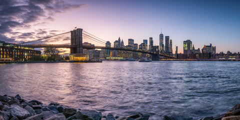 Fotomurales - Brooklyn Bridge and Manhattan skyline at sunset, New York City, USA