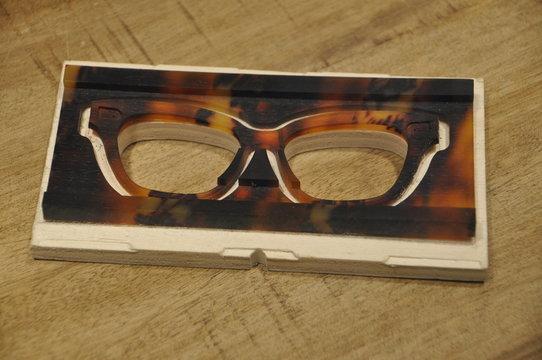 ausgefräster Rohling einer Hornbrille in der Produktion