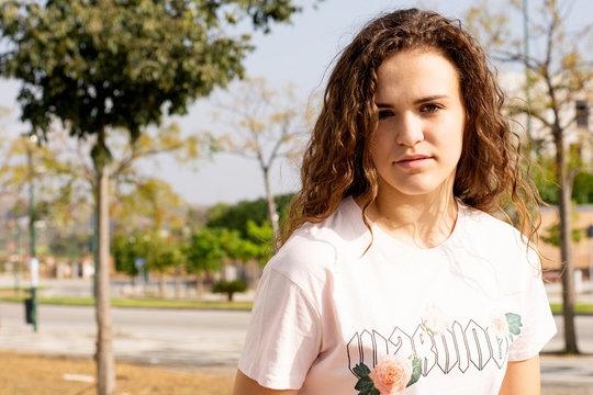Chica adolescente estudiante movll