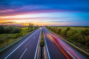 Autobahn in Deutschland am Abend