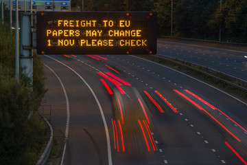 Brexit Freight UK Motorway Signage With Blurred Vehicles Fototapete