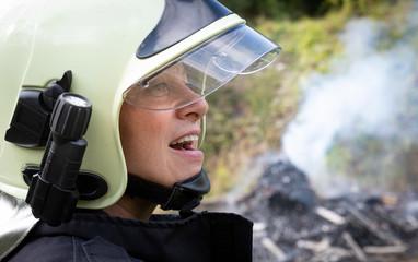 Portrait Feuerwehrfrau im Einsatz