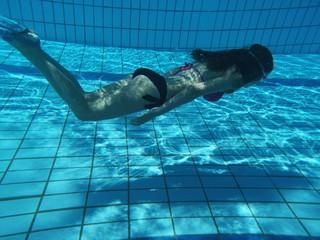 natation - fille à la piscine
