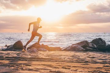 Uomo che corre vicino al mare