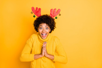 Photo of shocked delightful overjoyed rejoicing funky funny positive Rudolf deer clapping hand together wearing headband with glossy decoration isolated vivid color background