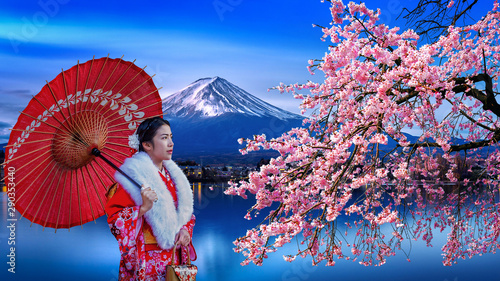 Wall mural Asian woman wearing japanese traditional kimono at Fuji mountain and cherry blossom, Kawaguchiko lake in Japan.