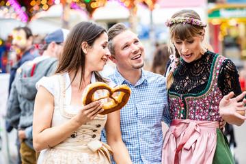 Fototapete - Gruppe auf der Dult Wiesen Volksfest in Trachten