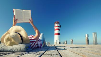 Wall Mural - Buch lesen am Leuchtturm