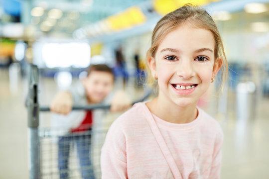 Glückliches Mädchen freut sich auf die Flugreise