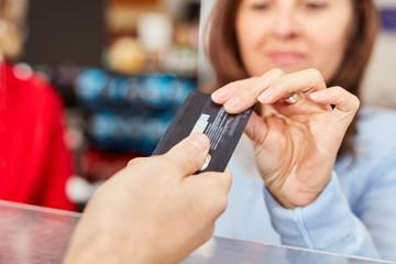 Kundin mit Kreditkarte oder Kundenkarte