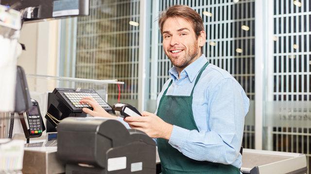 Kassierer an der Registrierkasse im Einzelhandel